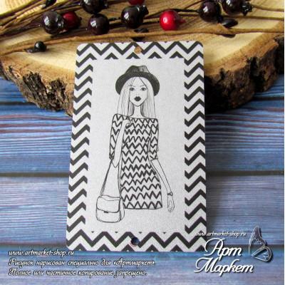 Карточка Девушка Шеврон, Фон: серебро темное, покрытие: шагрень  РАЗМЕР: 8,6 х 5,5 см